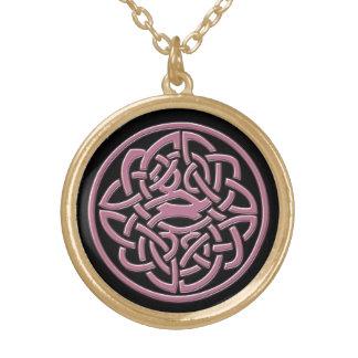 黒く、ピンクのケルト結び目模様のネックレス ゴールドプレートネックレス