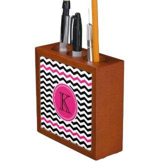 黒く、ピンクのシェブロンのモノグラムの机のオルガナイザー ペンスタンド