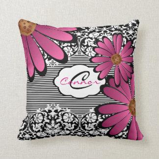 黒く、白い及びピンクの花のダマスク織は及び縞で飾ります クッション