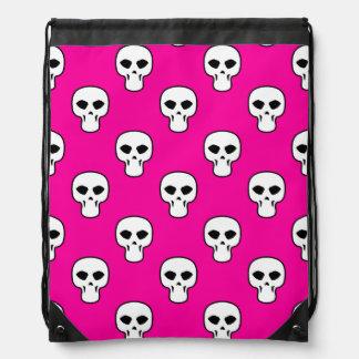 黒く、白い、ピンクのスカルパターン ナップサック