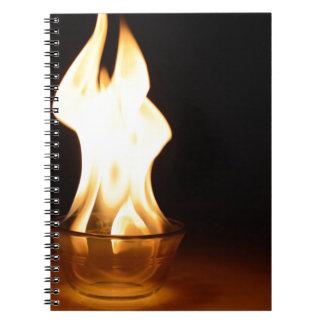 黒で隔離されるボールの火 ノートブック