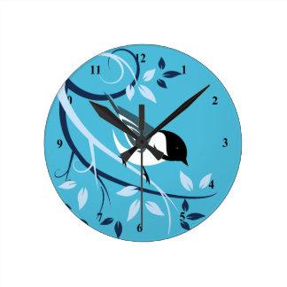 黒によっておおわれる《鳥》アメリカゴガラの装飾的な時計 ラウンド壁時計
