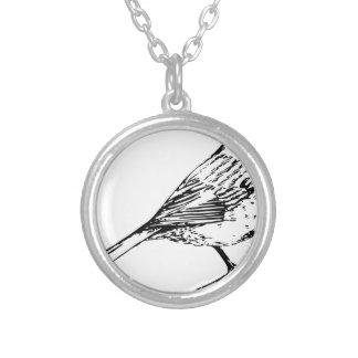 黒によっておおわれる《鳥》アメリカゴガラ シルバープレートネックレス
