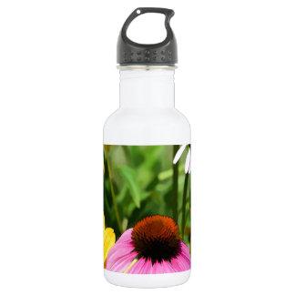 黒によって注目されるSusansおよびピンクのConeflowerのデイジーの庭 ウォーターボトル