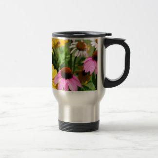 黒によって注目されるSusansおよびピンクのConeflowerのデイジーの庭 トラベルマグ
