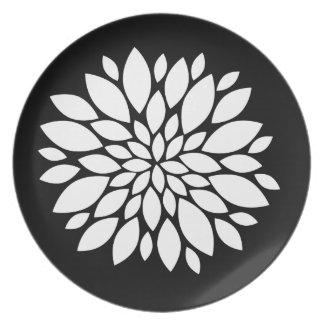 黒のかわいらしい白い花の花びらの芸術 プレート