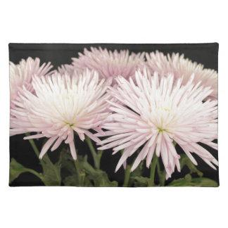 黒のすみれ色の白い菊の花 ランチョンマット