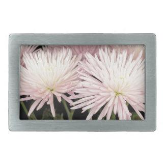 黒のすみれ色の白い菊の花 長方形ベルトバックル