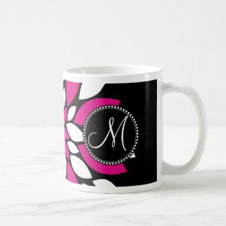 黒のショッキングピンクおよび白い花の花びらの芸術 コーヒーマグカップ