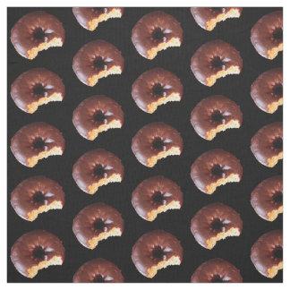 黒のチョコレートによって曇らされるイエロケーキのドーナツ ファブリック