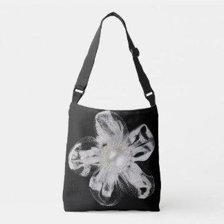 黒のテュルの白い花 クロスボディバッグ