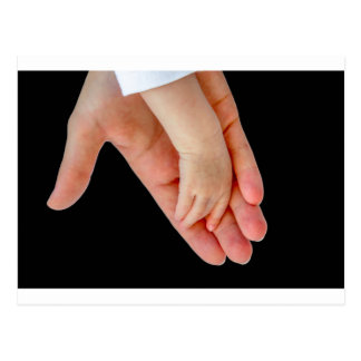 黒のベビーの腕を搭載する母の手 ポストカード