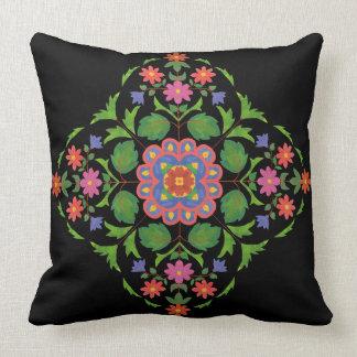 黒の明るくRangoli着色された花のパターン クッション