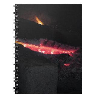 黒の火の炎が付いている非常に熱い暖炉 ノートブック