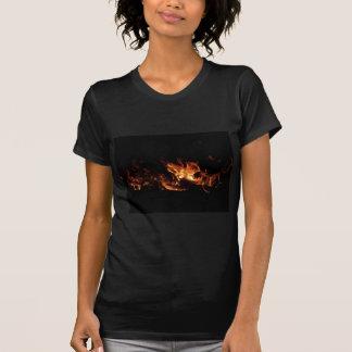 黒の火の炎が付いている非常に熱い暖炉 Tシャツ