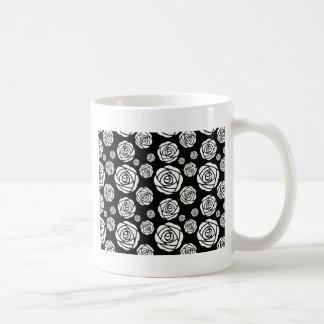 黒の白いバラ コーヒーマグカップ