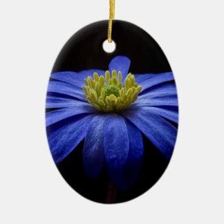 黒の美しくかわいらしく青い花 セラミックオーナメント