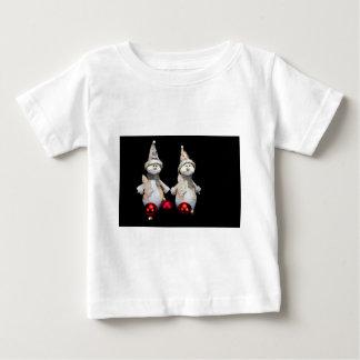黒の赤いつまらないものが付いている2つの雪だるまの置物 ベビーTシャツ