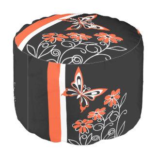 黒の顕著なオレンジ蝶そして花 プーフ