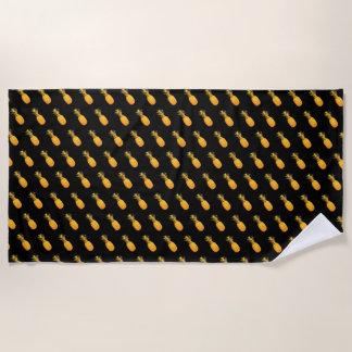 黒の黄色い熱帯パイナップルのパターン ビーチタオル