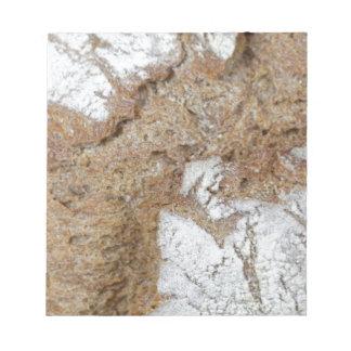 黒パンの表面のマクロ写真 ノートパッド