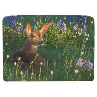 黒尾シカの子鹿、高山の野生の花 iPad AIR カバー