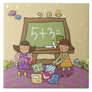 黒板の前に立っている2人の女の子 タイル