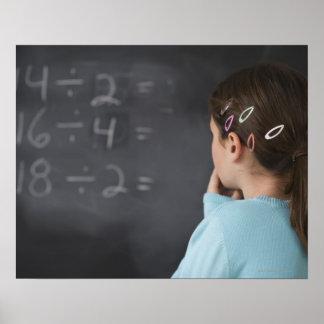 黒板の数学の同等化を見ている女の子 ポスター
