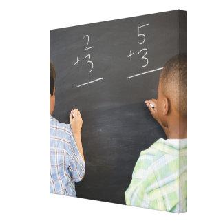 黒板の数学の問題を解決している男の子 キャンバスプリント
