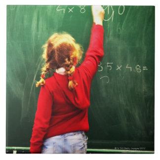 黒板の若い女の子の執筆 タイル