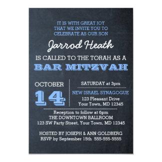 黒板の青いバーの(ユダヤ教の)バル・ミツバーの招待状ロゴ無し カード