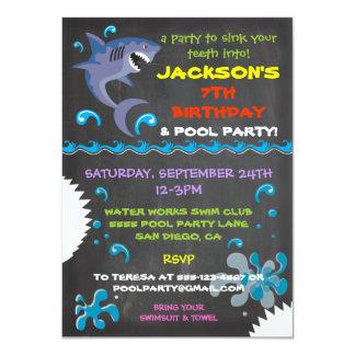 黒板の鮫のプールのバースデーパーティ招待状 カード
