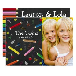 黒板のAppleの鉛筆は誕生日の双生児をクレヨンで彩色します カード