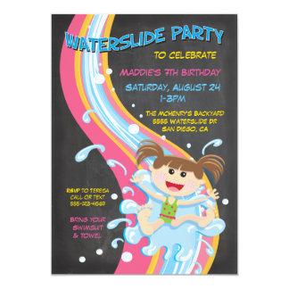 黒板のWaterslideのプールのパーティの招待状 カード