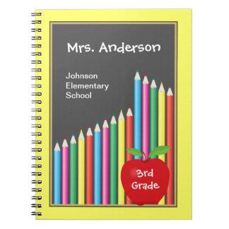 黒板及び着色された鉛筆の先生 ノートブック