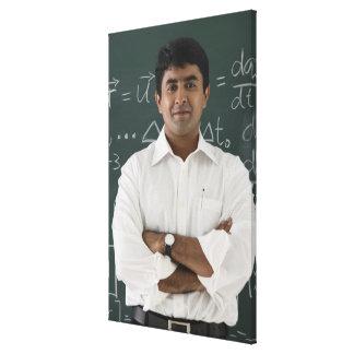 黒板、腕の前に立っている先生 キャンバスプリント