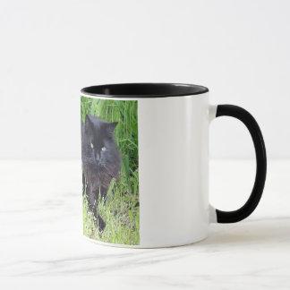 黒猫の柔らかく長い毛のネコ科の豪奢な誇りを持った マグカップ