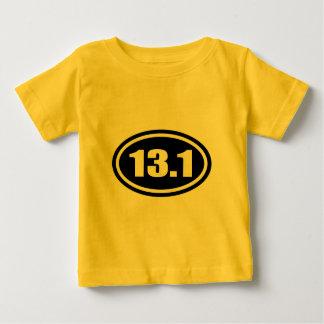 黒13.1の半分のマラソンの楕円形 ベビーTシャツ