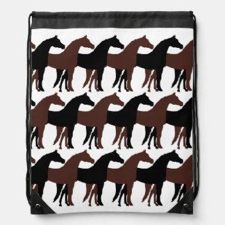 黒、ブラウンの馬または白い背景 ナップサック