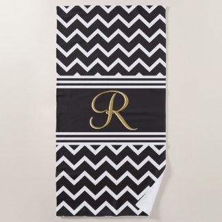 黒|白いシェブロンのゴシック様式ジグザグ形のモノグラム ビーチタオル