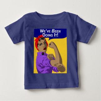 黒Rosie私達はそれを-ベビーのずっとティーしています ベビーTシャツ
