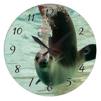 鼻からの灰色のシールの潜水の水中泡 ラージ壁時計