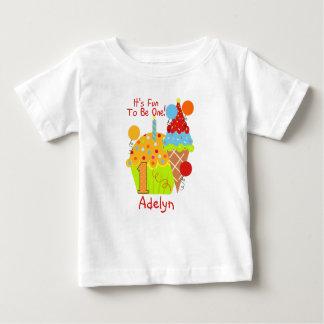 1つの第1誕生日があるカップケーキおよびアイスクリームのおもしろい ベビーTシャツ