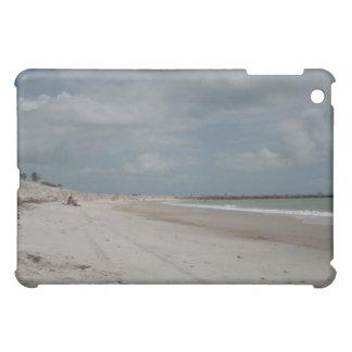 1つを除いて空ビーチおよび砂丘および突堤 iPad MINIケース