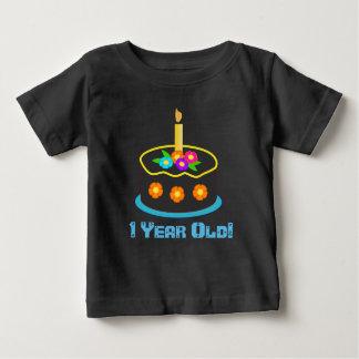 1人の歳のハッピーバースデーのケーキのかわいいベビー ベビーTシャツ