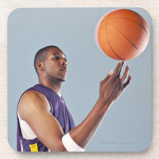 1本の指のバスケットボール選手のバランスをとる球 コースター