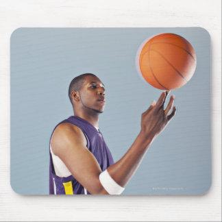 1本の指のバスケットボール選手のバランスをとる球 マウスパッド