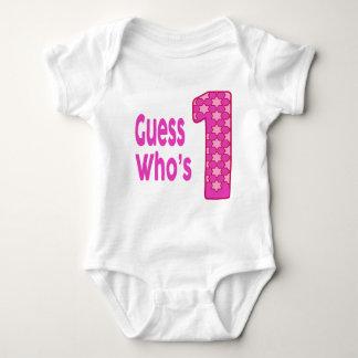 1枚の女の赤ちゃんのワイシャツである推測 ベビーボディスーツ