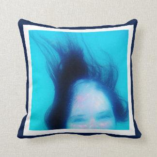 10の写真のInstagramのコラージュの青い背景の白 クッション