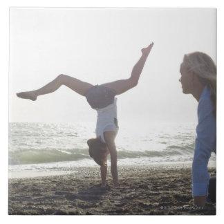 10代の少女は体操の業績、お母さんを行います タイル